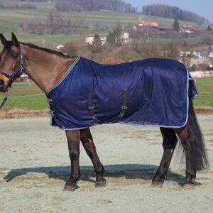 Diese Netzdecke feinmaschig hält ihr Pferd besonders von lästigen Viechern fern. Zudem hat diese Decke praktische Kreuzgurten.